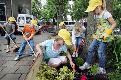 Scholieren gaan met woningcorporatie Vidomes het schoolplein opknappen,Gabrielschool, Gilleshof - DELFT 16 JUNI 2009 - FOTO NICO SCHOUTEN