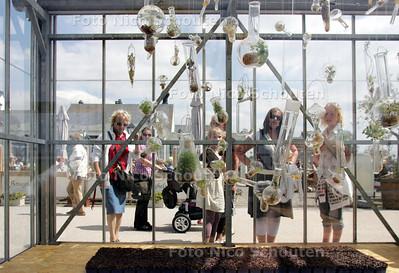 De biennale kas op de boulevard van Kijkduin. De kas is nu ingericht door kunstenares Caroline Prisse - DEN HAAG 13 JUNI 2009 - FOTO NICO SCHOUTEN