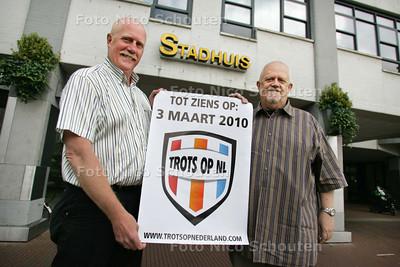 Harold de Wit (r) en Ton Lammertink richten een Zoetermeerse afdeling van ToNL op - ZOETERMEER 10 JUNI 2009 - FOTO NICO SCHOUTEN