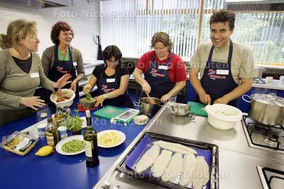 Cursus Italiaans koken bij Volksuniversiteit, hoort bij verhaal over Volksuniversiteit - HELAAS TOCH KOKFOTO, GEEN SCHOOLBORD AANWEZIG - ZOETERMEER 10 JUNI 2009 - FOTO NICO SCHOUTEN