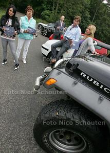 zes automobilisten in varierende leeftijd die boos zijn omdat ze  te veel belasting hebben betaald - WAASENAAR 18 JUNI 2009 - FOTO NICO SCHOUTEN