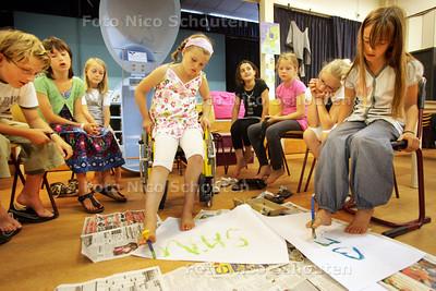 Kinderen verven met voeten en voelen zo hoe het is om gehandicapt te zijn, Basisschool Het Palet - ZOETERMEER 18 JULI 2009 - FOTO NICO SCHOUTEN