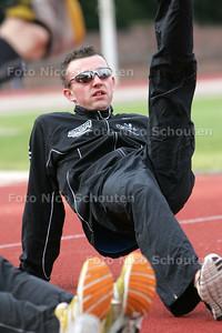 Atleet Thomas Poesiat bezig met de warming-up voor een training. Hij neemt komend weekeinde deel aan de NK 10.000 meter en binnenkort het EK - 9 juni 2009 FOTO NICO SCHOUTEN
