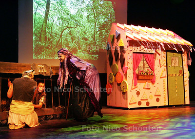 Theatergroep van leerkrachten van het openbaar onderwijs Zpot treedt op voor leerlingen van de onderbouw in het Kwadrant Theater. Voorstelling heet Hans en Grietje - ZOETERMEER9 JUNI 2009 - FOTO NICO SCHOUTEN