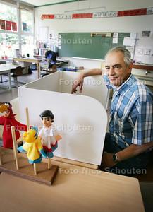 pijnackernaar ed de gruiter doet mee voor titel vrijwilliger van het jaar van nederland. als klusjesman op school maakte hij onder meer schermpjes voor adhd kinderen - PIJNACKER 18 JUNI 2009 - FOTO NICO SCHOUTEN