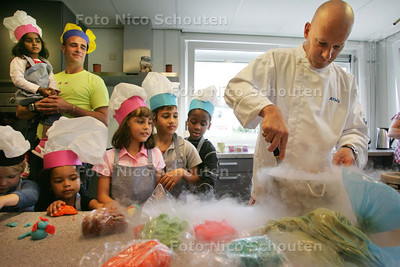 Meester-kok Toine Smulders maakt, tijdens een speciale workshop, bij de opening van BSO De Dwarstocht Kern Kinderopvang, sorbetijs, met behulp van stikstof en vruchtensap - ZOETERMEER 10 JUNI 2009 - FOTO NICO SCHOUTEN