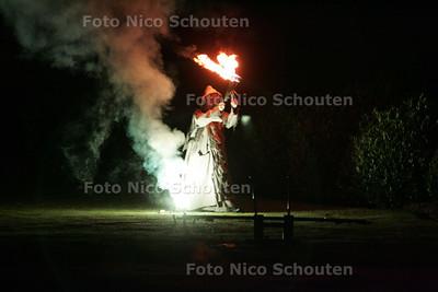 Jongleur Volker Maria Maier uit Berlijn met zijn vuurshow in de tuin van Slot Zeist tijdens het zomerfeest van de Duits Nederlandse Handels Kamer (DNHK) - ZEIST 12 JUNI 2009 - FOTO NICO SCHOUTEN