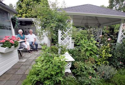 John en Annelie de Lange hebben een parterre met een diepe mooi ingerichte tuin met prieel en keuken. Kokosnootstraat - DEN HAAG 15 JUNI 2009 - FOTO NICO SCHOUTEN