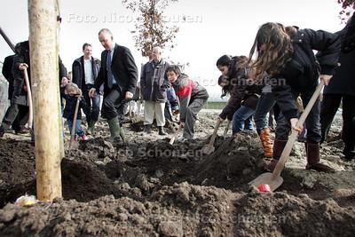 AD/HC - HDT  Frontfoto: Eerste paal stadsboerderij Oosterheem of het planten van bomen dat eraan vooraf gaat - ZOETERMEER 18 MAART 2009 - FOTO NICO SCHOUTEN