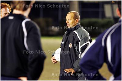 AD/HC - voetbaltrainer dick vd toorn van VUC in actie tijdens de training - DEN HAAG 17 MAART 2009 - FOTO NICO SCHOUTEN