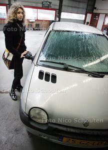 AD/HC - HDT  beteuterde Suzan Hoogendam, wiens nieuwe auto dit weekend in Delft in de gracht is geduwd - DEN HAAG 11 MAART 2009 - FOTO NICO SCHOUTEN