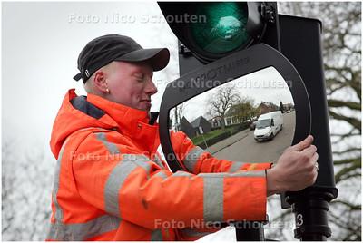 AD/HC - Berucht kruispunt Karel Doormanlaan-Eerste Stationsstraat in Zoetermeer krijgt nieuwe stoplichten met grote spiegels - ZOETERMEER 9 MAART 2009 - FOTO NICO SCHOUTEN