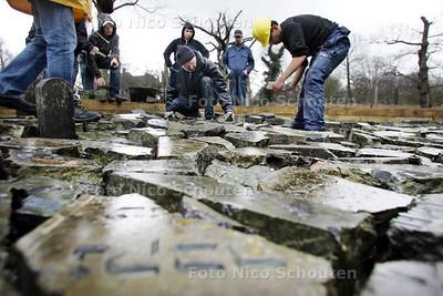 vmbo-leerlingen ronden op de begraafplaats een kunstwerk af, waarin brokstukken van grafzerken worden geplaatst - DEN HAAG 25 MAART 2009 - FOTO NICO SCHOUTEN