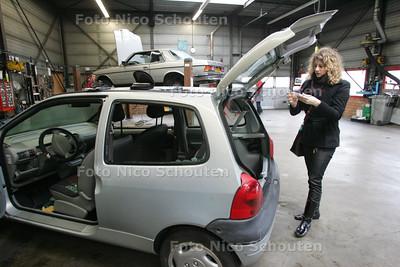 AD/HC - HDT  Suzan Hoogendam, wiens nieuwe auto dit weekend in Delft in de gracht is geduwd - DEN HAAG 11 MAART 2009 - FOTO NICO SCHOUTEN