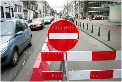 VOORPROEFJE VCP - Sinds 9 maart kan het Zeeheldenkwartier al een beetje wennen aan het komende VCP (verkeers circulatie plan). In verband met het vernieuwen en verleggen van de waterleiding in het gedeelte tussen de Zoutmanstraat en het Piet Heinplein geldt er nu namelijk, net als in het VCP, eenrichtingsverkeer voor auto's in de richting van de Zoutmanstraat. De werkzaamheden duren naar verwachting tot 11 mei. - DEN HAAG 9 MAART 2009 - FOTO NICO SCHOUTEN