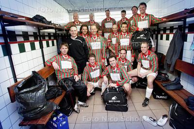 AD/HC - HDT de voetbaljongens van DSO 5. is voor een productie van de Lenteprijs. Dit team heeft net een nieuw voetbaltenue, maar was op zoek naar een tenue van duurzaam katoen - ZOETERMEER 21 MAART 2009 - FOTO NICO SCHOUTEN