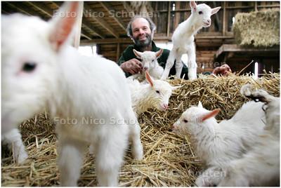 AD/HC - JONGE GEITJES BIJ 'T GEERTJE (1 DAG OUD) - met geitenboer Wim - ZOETERWOUDE 10 MAART 2009 - FOTO NICO SCHOUTEN