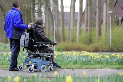 gehandicapte vrouw in rolstoel met mantelzorger. Mevrouw en meneer Maas - ZOETERMEER 24 MAART 2009 - FOTO NICO SCHOUTEN