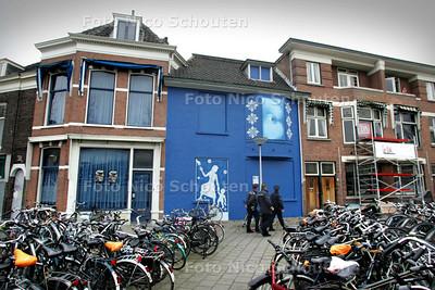 HDT /Bij het station van Delft is onlangs een pand blauw geschilderd, als kunstproject tgv de aanleg van de spoortunnel. Iedereen is hier zo enthousiast over, dat tal van andere panden nu ook zullen worden geschilderd - DELFT 23 MAART 2009 - FOTO NICO SCHOUTEN