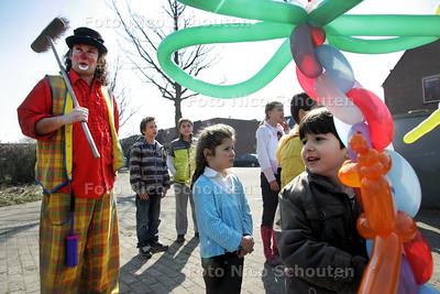 AD/HC - HDT Bij de Klaproostuin, de Madelieventuin en de Tuindreef in Seghwaert kunnen kinderen door het verrichten van klusjes een stempel krijgen, waarmee ze een cadeautje krijgen. Er is een clown aanwezig om hen aan te moedigen en te helpen - ZOETERMEER 21 MAART 2009 - FOTO NICO SCHOUTEN