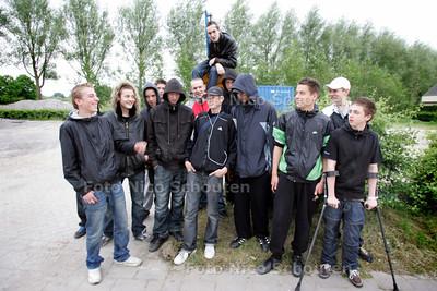 jongeren op het Kurkhout bij de plek waar het jeugdhonk zou moeten komen - ZOETERMEER 14 MEI 2009 - FOTO NICO SCHOUTEN