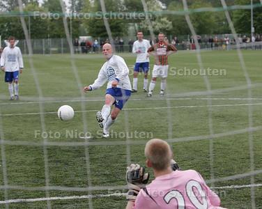 voetbalwedstrijd: DSO-DWO ; DWO scoort 1-1 vanuit een strafschop - ZOETERMEER 5 MEI 2009 - FOTO NICO SCHOUTEN