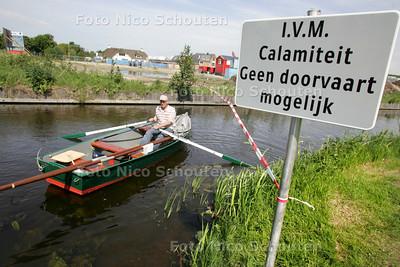 Herman Wissink, bootbezitter in Voorschoten. Door een dreigende dijkdoorbraak kunnen Wissink en andere bootbezitters niet hun haventje uitvaren - VOORSCHOTEN 20 MEI 2009 - FOTO NICO SCHOUTEN