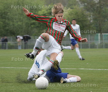 voetbalwedstrijd: DSO-DWO ; Nr 7 van DSO probeert nr 5 van DWO te ontwijken (Yorick weet namen) - ZOETERMEER 5 MEI 2009 - FOTO NICO SCHOUTEN