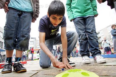 Wie wordt de beste knikkeraar van Zoetermeer? Woensdagmiddag 27 mei vindt op het Stadhuisplein voor de eerste keer het knikkerkampioenschap van Zoetermeer plaats. Het kampioenschap is een van de officiële voorrondes van het JETIX NK Knikkeren, dat in het hele land in verschillende gemeenten wordt gehouden. Iedereen tussen de 6 en 12 jaar kan meedoen ZOETERMEER 27 MEI 2009 - FOTO NICO SCHOUTEN