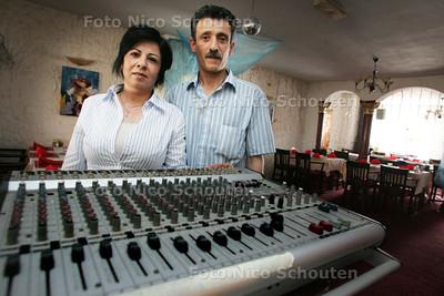 Eigenaren van Perzisch restaurant op gevers deynootweg 23 in Scheveningen. Stroom is plots uitgezet wegens geluidsoverlast - DEN HAAG 20 MEI 2009 - FOTO NICO SCHOUTEN