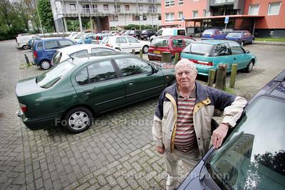 Leen Verkade op het Drentheplantsoen. De bewoners van het Drentheplantsoen zijn het niet eens over het parkeerbeleid van de gemeente na de herinrichting van het Drentheplantsoen. De gemeente wil 48 parkeerplaatsen weghalen - DEN HAAG 27 MEI 2009 - FOTO NICO SCHOUTEN