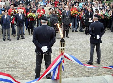 Dodenherdenking Zoetermeer bij het Oorlogsmonument in het Wilhelminapark - ZOETERMEER 4 MEI 2009 - FOTO NICO SCHOUTEN