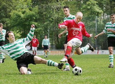 HDT - voetbal: GDA -Stellendam - Het schot van Michel Vermeulen van GDA stuit op de noppen van een Stellendamse verdediger - DEN HAAG 16 MEI 2009 - FOTO NICO SCHOUTEN