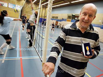 ruud jacobs, volleybalbestuurder inter rijswijk met zijn koninklijke onderscheiding - RIJSWIJK 7 MEI 2009 - FOTO NICO SCHOUTEN