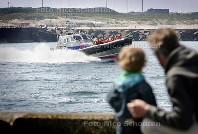 de Koninklijke Nederlandse Redding Maatschappij (KNRM) al weer voor de 16e keer de Nationale Reddingbootdag - Met hoge snelheid verlaat de reddingsboot de scheveningse haven - DEN HAAG 2 MEI 2009 - FOTO NICO SCOUTEN