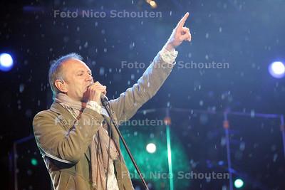 """bevrijdingsfeest ; Rob de Nijs ; """"zachtjes tikt de regen tegen 't raamkozijn"""" - ZOETERMEER 5 MEI 2009 - FOTO NICO SCHOUTEN"""