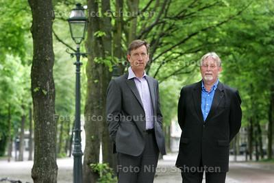 Den Haag Sculptuur. Louw van Sinderen (l) en John van Sillevis op het Lange Voorhout - DEN HAAG 25 MEI 2009 - FOTO NICO SCHOUTEN