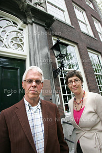 directeur Andries Ponsteen en medewerkster Evelie Masselink van het Erfgoedhuis - DELFT 5 MEI 2009 - FOTO NICO SCHOUTEN