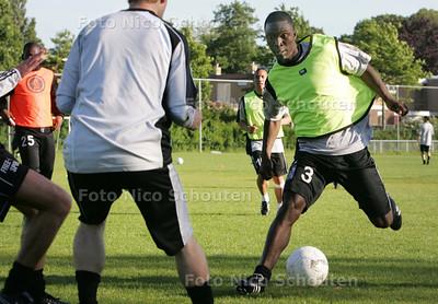 Prince Addai van Tonegido tijdens de training (op echt gras) - VOORBURG 28 MEI 2009 - FOTO NICO SCHOUTEN