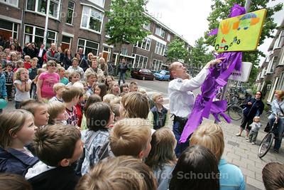 Onthulling verkeersborden die kinderen van Freinetschool hebben ontworpen - DELFT 27 MEI 2009 - FOTO NICO SCHOUTEN
