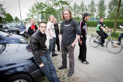 jongerenwerker Stefan Visser en een groepje jongeren op het Kurkhout bij de plek waar het jeugdhonk zou moeten komen - ZOETERMEER 14 MEI 2009 - FOTO NICO SCHOUTEN