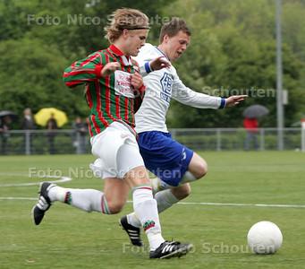 voetbalwedstrijd: DSO-DWO ; Nr 7 van DSO en nr 5 van DWO in duel  (Yorick weet namen) - ZOETERMEER 5 MEI 2009 - FOTO NICO SCHOUTEN