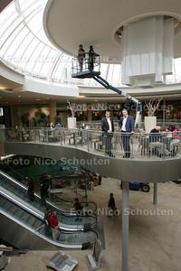 Jeroen Bender(l) en Joost de Groot vertellen over de ingrijpende verbouwing van de Stadshartpassage die nu bijna voltooid is - ZOETERMEER 12 MEI 2009 - FOTO NICO SCHOUTEN
