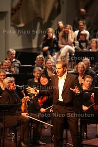Thijl Beckand (Lama) presenteert jongerenconcert bij residentie orkest - DEN HAAG 6 NOVEMBER 2009 - FOTO NICO SCHOUTEN
