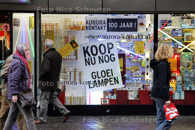 Het einde van de gloeilamp. Een Electronicazaak op de Grote Marktstraat heeft nu nog een voorraad - DEN HAAG 7 NOVEMBER 2009 - FOTO NICO SCHOUTEN