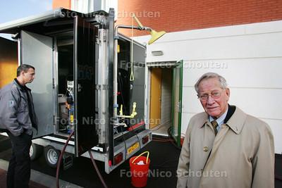 de Heer J.H. Visser, bewoner van de Onderwatershof. Bij het reinigingswerk van de met legionella besmette waterleiding - RIJSWIJK 12 NOVEMBER 2009 - FOTO NICO SCHOUTEN