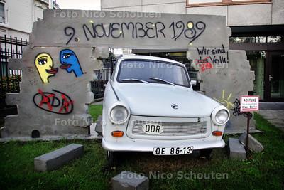 """Trabant in tuin Duitse Ambassade. Op 9 november is het 20 jaar geleden dat de """"Duitse muur"""" viel - DEN HAAG 5 NOVEMBER 2009 - FOTO NICO SCHOUTEN"""