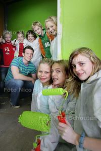 Jongeren schilderen tienersoos aan het Morapad - ZOETERMEER 4 NOVEMBER 2009 - FOTO NICO SCHOUTEN