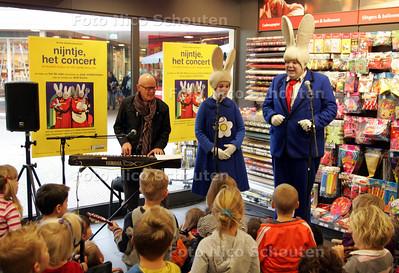 De Bruna winkel in Zoetermeer is het podium voor een speciale muziekles. Pim van Alten als vader pluis en Eva Poppink als nijntje vergezellen twintig jonge talenten in een feestelijke les met componist Joop Stokkermans als muziekleraar. Samen met de kinderen zullen zij een nijntje liedje instuderen en deze voordragen aan de toeschouwers - ZOETERMEER 11 NOVEMBER 2009 - FOTO NICO SCHOUTEN