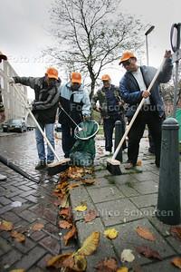 Surinamers van javaanse en Indische afkomst  maken Delftselaan schoon - DEN HAAG 7 NOVEMBER 2009 - FOTO NICO SCHOUTEN